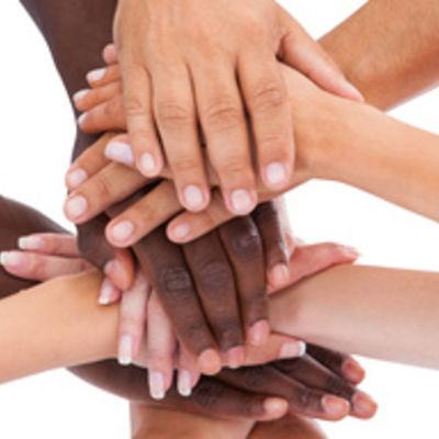 Personengruppe streckt Hände zusammen