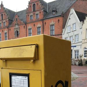 gelber Briefkasten vor Rathaus